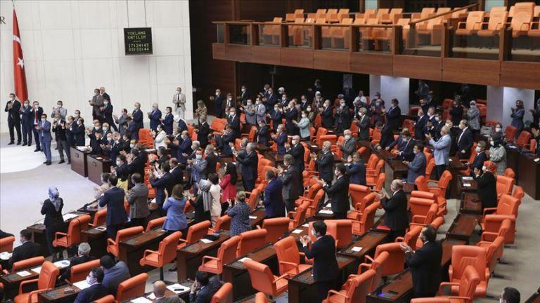 Αγία Σοφία: Τούρκοι βουλευτές χειροκροτούν όρθιοι την απόφαση μετατροπής σε τζαμί   tanea.gr