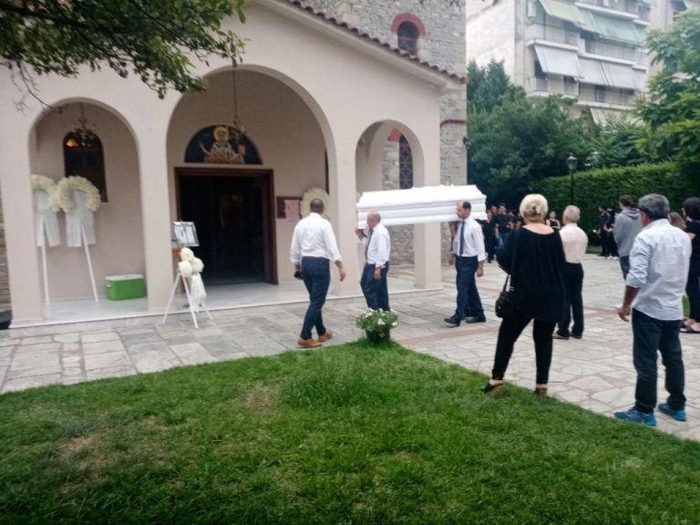 Θάνατος 16χρονης στα Τρίκαλα: Αβάσταχτη οδύνη στην κηδεία της | tanea.gr
