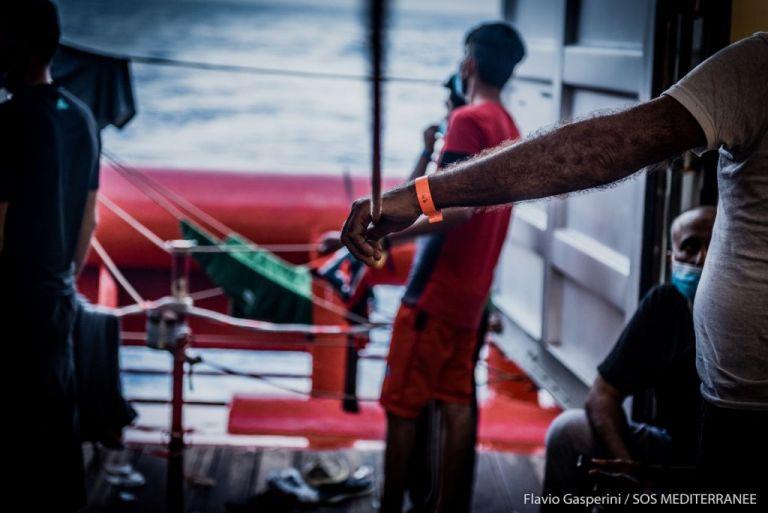 Στο πλοίο Moby Zazà για καραντίνα δυο εβδομάδων οι 180 πρόσφυγες του Ocean Viking | tanea.gr