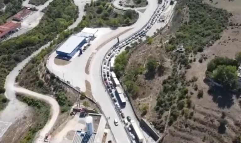 Κοροναϊός: Ουρές χιλιομέτρων στην Κακαβιά λίγο πριν το πλαφόν | tanea.gr