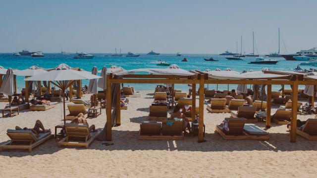 Μύκονος : Κλιμάκιο του ΕΟΔΥ στο νησί μετά τα κρούσματα σε beach bar | tanea.gr