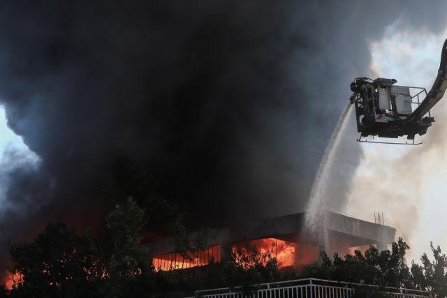 Μεταμόρφωση : Συνεχίζεται η μάχη με τις φλόγες στο εργοστάσιο πλαστικών   tanea.gr