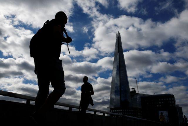 Η Βρετανία θα ενισχύει οικονομικά τους χαμηλόμισθους για να μπορούν να μένουν σε καραντίνα | tanea.gr