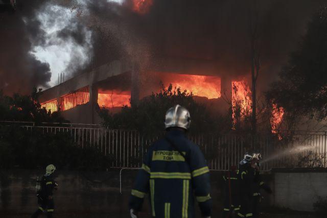 Μεταμόρφωση : Ολονύκτια μάχη με τις φλόγες στο εργοστάσιο πλαστικών – Καμπανάκι για τις τοξικές ουσίες | tanea.gr