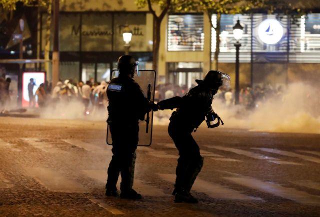 Απαράδεκτη επίθεση αστυνομικών σε οπαδούς που έσπασαν τα μέτρα για να δουν το… Champions League | tanea.gr