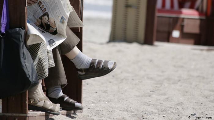 Κάλτσα με σανδάλι : Τελικά γιατί τα αγαπούν οι Γερμανοί; | tanea.gr