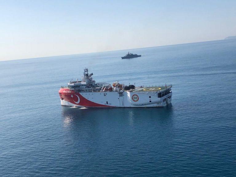 Ξανά στην ελληνική υφαλοκρηπίδα το Oruc Reis - Τέταρτη μέρα προκλήσεων | tanea.gr