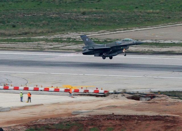 Στη βάση της Σούδας F-16 των ΗΑΕ – Νέο ηχηρό μήνυμα στην Άγκυρα | tanea.gr