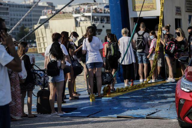 Πειραιάς : Γεμάτα αναχωρούν τα πλοία για τα νησιά   tanea.gr