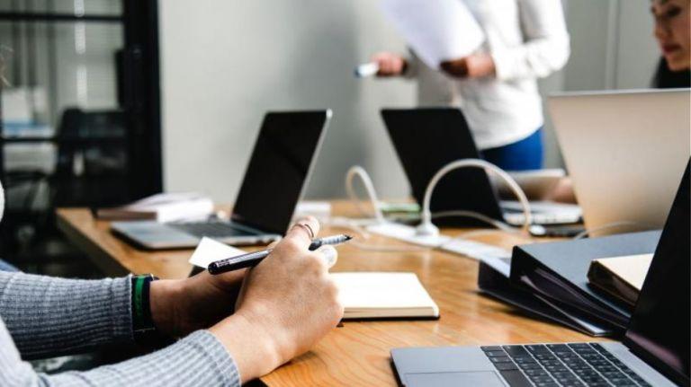 Ποιες επιχειρήσεις μπορούν να αναστείλουν τις συμβάσεις εργασίας τον Αύγουστο και τον Σεπτέμβριο | tanea.gr