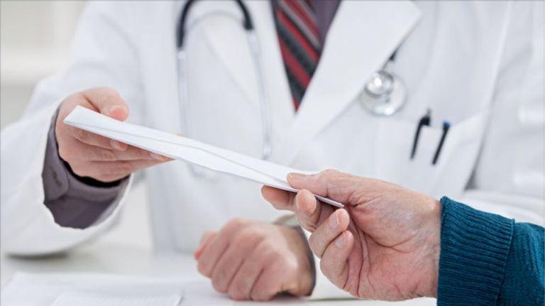 Συνελήφθη γιατρός δημόσιου νοσοκομείου για «φακελάκι» | tanea.gr