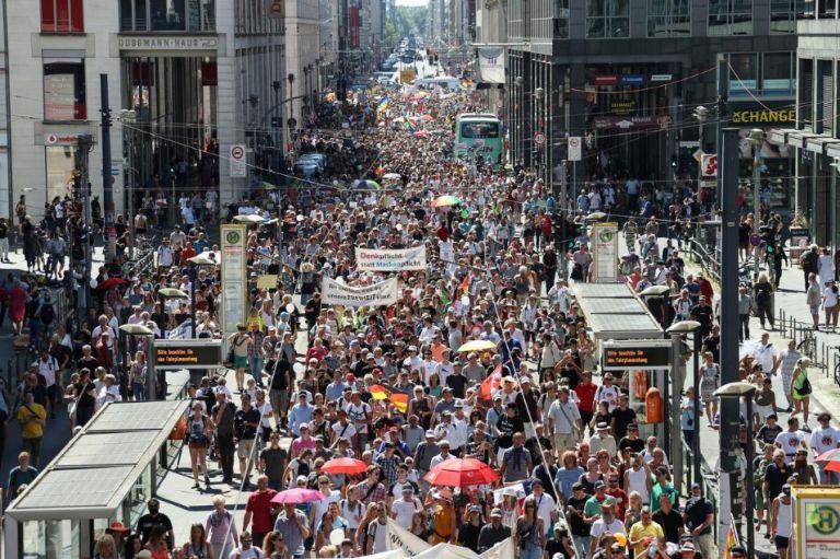 Βερολίνο : Διαδήλωση συνωμοσιολόγων κατά των μέτρων για τον κοροναϊό | tanea.gr