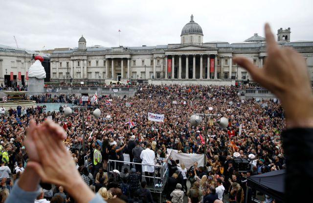 Δεκάδες χιλιάδες διαδηλωτές σε συγκέντρωση αρνητών του κοροναϊού στο Λονδίνο | tanea.gr