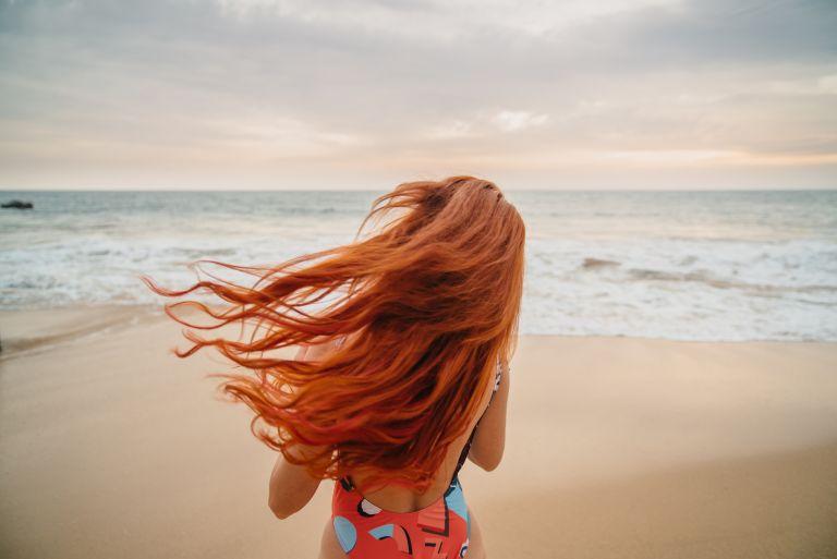 Tips περιποίησης για να προστατεύσετε τα βαμμένα μαλλιά σας το καλοκαίρι | tanea.gr