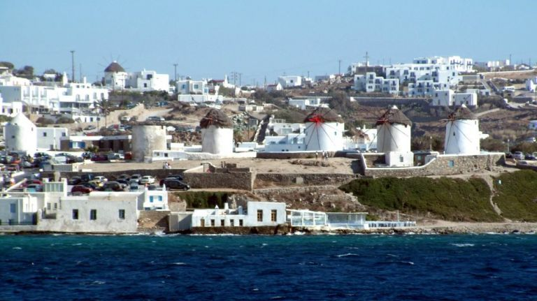 Αναστέλλονται οι οικοδομικές άδειες καταλυμάτων σε Μύκονο και Σαντορίνη | tanea.gr