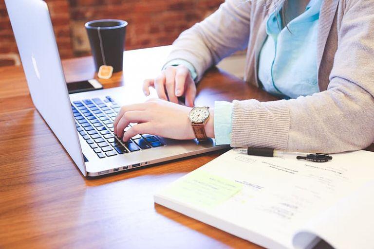 Το μπλε φως των smartphone και laptop αυξάνει τον κίνδυνο καρκίνου του εντέρου | tanea.gr