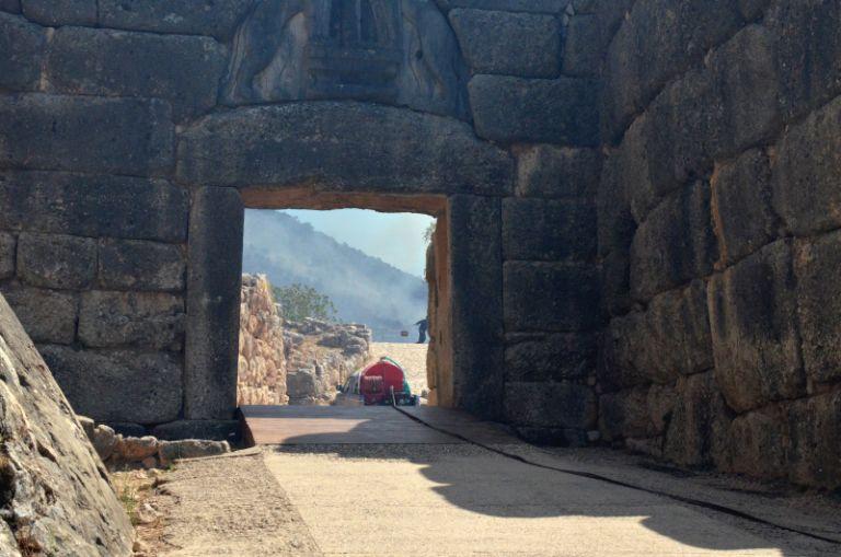 Τι συνέβη στην Πύλη των Λεόντων - Η έγκαιρη επέμβαση έσωσε από καταστροφή το μνημείο | tanea.gr