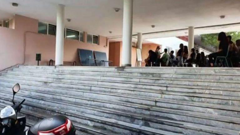 Στο προαύλιο κάνουν μάθημα οι μαθητές στο Νέο Ηράκλειο | tanea.gr