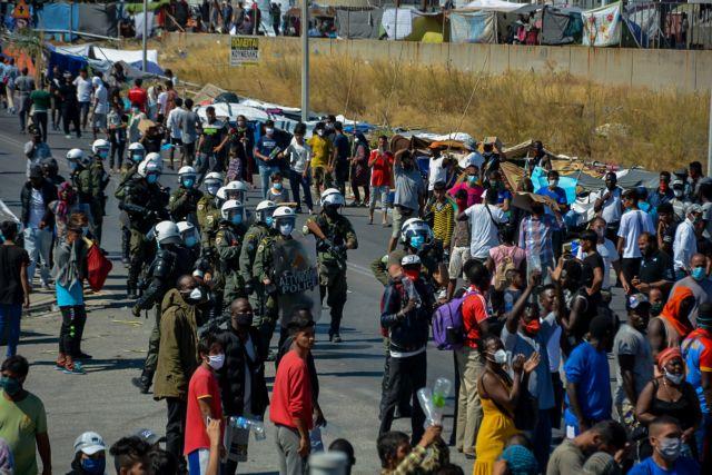 Εκρυθμη η κατάσταση στη Μόρια: Διαμαρτυρία προσφύγων που ζητούν να φύγουν από το νησί | tanea.gr