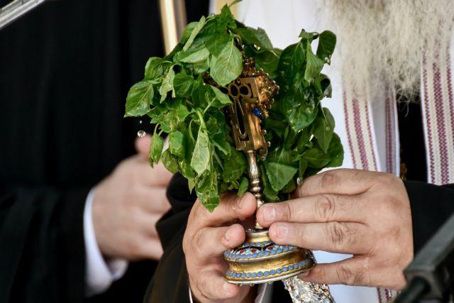Ιερέας σε δημοτικό της Κοζάνης: «Ο κοροναϊός δεν κολλάει αν φιλήσεις τον σταυρό»   tanea.gr