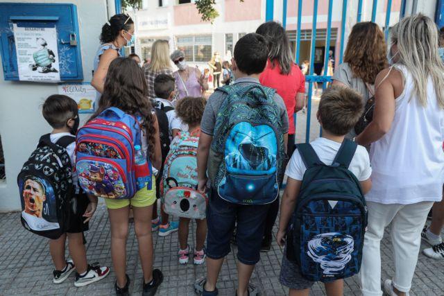 Σχολεία: Αλλιώτικο το πρώτο κουδούνι – Με μάσκα, παγούρι, αντισηπτικό και... πόρτα στους αρνητές μάσκας | tanea.gr