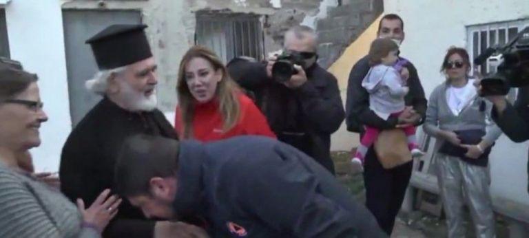 Η απάντηση Χαρδαλιά μετά τον σάλο για το «χειροφίλημα» σε ιερέα | tanea.gr