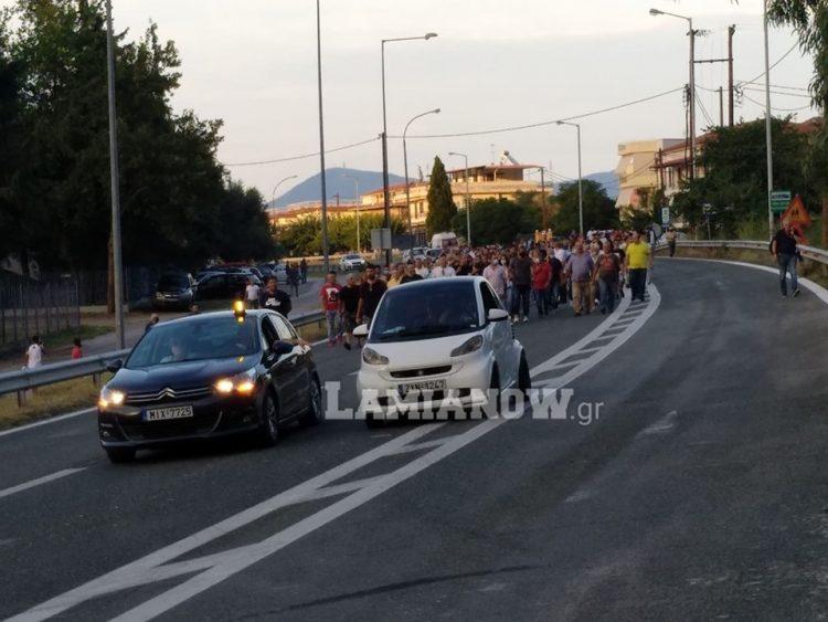 Καμένα Βούρλα: Κάτοικοι έκλεισαν την Εθνική Οδό ενάντια στην εγκατάσταση προσφύγων | tanea.gr