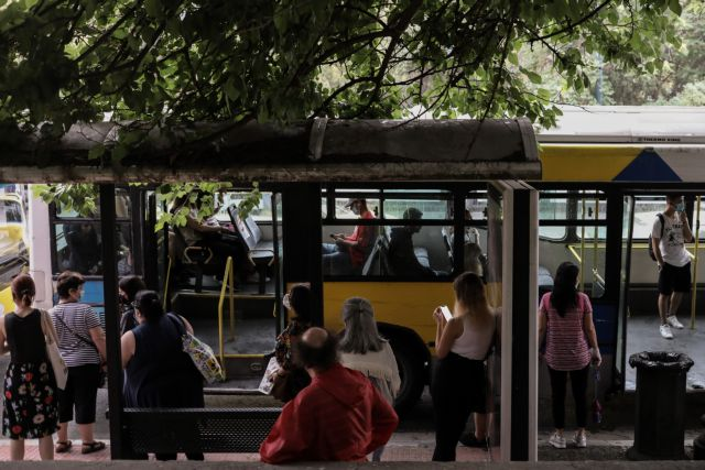 Στοιβαγμένος ο κόσμος στα λεωφορεία την πρώτη μέρα των μέτρων | tanea.gr