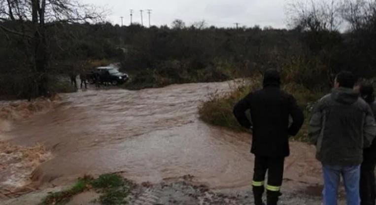 Ιανός: Κινδυνεύουν ζωές στον Αλμυρό – Τρεις άνθρωποι πάνω στα δέντρα | tanea.gr