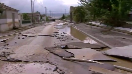 Φάρσαλα: Γκρέμισε πόρτες σπιτιών το νερό, γλύτωσαν δεκάδες άνθρωποι | tanea.gr