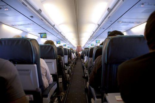 Αεροσκάφος καθηλώθηκε στο έδαφος επειδή γυναίκα επιβάτης αρνιόταν πεισματικά να βάλει μάσκα | tanea.gr