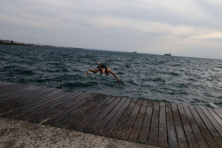 Καιρός : «Μυρίζει» ξανά καλοκαίρι – Έρχεται νέο κύμα ζέστης από την Παρασκευή | tanea.gr