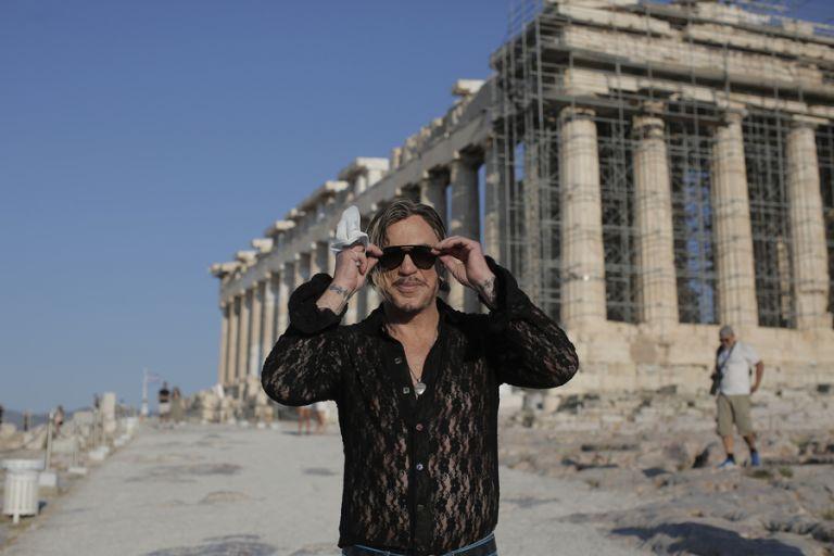 Μίκι Ρούρκ: Την Ακρόπολη επισκέφθηκε ο χολιγουντιανός σταρ   tanea.gr