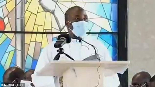 Βίντεο - σοκ: Ιερέας με μάσκα πέφτει νεκρός την ώρα που έκανε κήρυγμα | tanea.gr