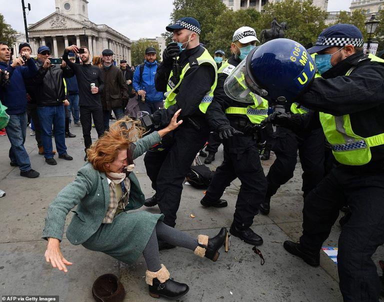 Eπεισόδια και ξύλο σε συγκέντρωση κατά του lockdown στο Λονδίνο | tanea.gr