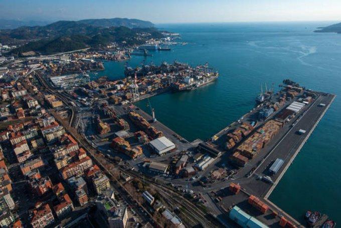 Ιταλία: Πυρκαγιά στο λιμάνι της Ανκόνα – Κλειστά τα πάρκα και τα σχολεία της πόλης | tanea.gr