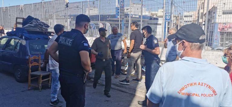 Επιχείρηση «σκούπα» δήμου Πειραιά – ΕΛ.ΑΣ στον χώρο της Κυριακάτικης αγοράς | tanea.gr