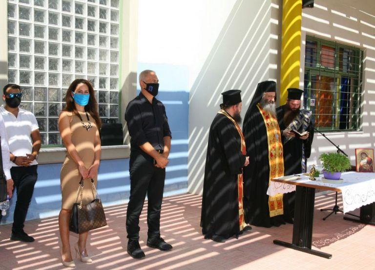 Ο δήμαρχος Πειραιά Γιάννης Μώραλης στην τελετή Αγιασμού σχολείων της πόλης | tanea.gr