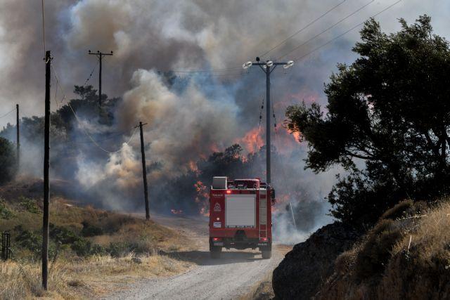Ανεξέλεγκτη η πυρκαγιά στα Καλύβια - Φεύγουν από τα σπίτια τους στην Ανάβυσσο | tanea.gr