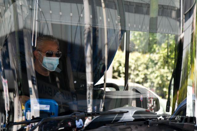 Πιάστηκαν στα χέρια για τη μάσκα – Συνωστισμός και ένταση στα μέσα μεταφοράς | tanea.gr