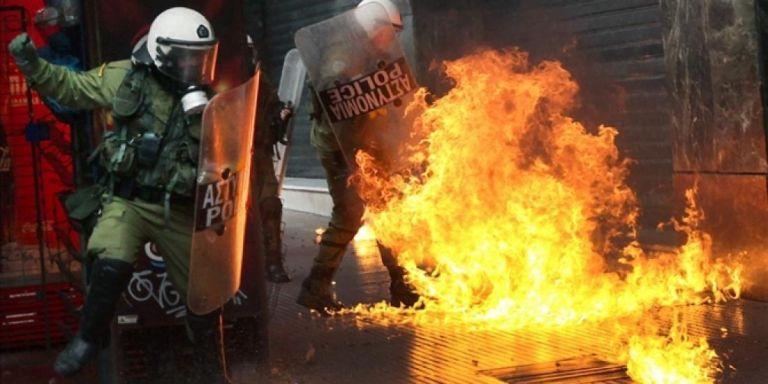 Εξάρχεια: Επίθεση με μολότοφ κατά διμοιρίας των ΜΑΤ έξω από τα γραφεία του ΠΑΣΟΚ | tanea.gr