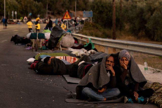 Μόρια: Στάχτη έγινε η δομή – Μπλόκο των κατοίκων στην ανακατασκευή της - Στους δρόμους ξημέρωσαν οι πρόσφυγες   tanea.gr