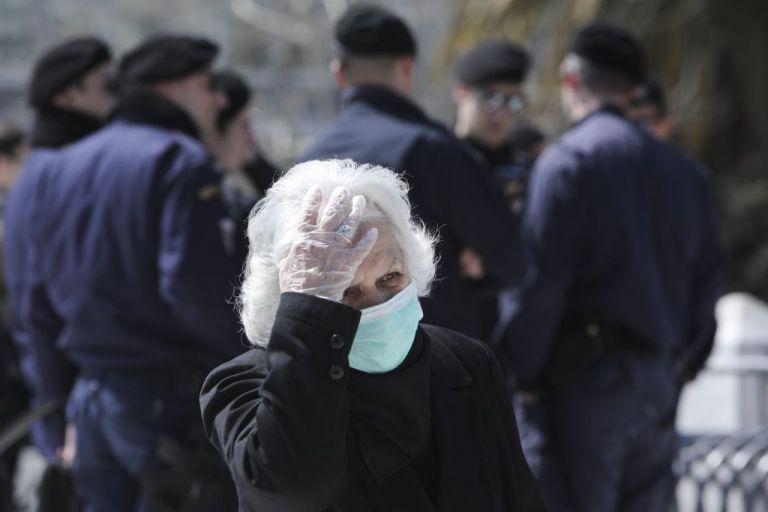 Τώρα βγαίνουν στο φως οι συνέπειες των... πάρτι - Αύξηση της επιμόλυνσης ηλικιωμένων   tanea.gr