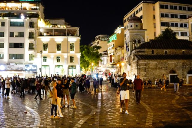 Κοροναϊός: Συνωστισμός στις πλατείες παρά τα κλειστά περίπτερα | tanea.gr