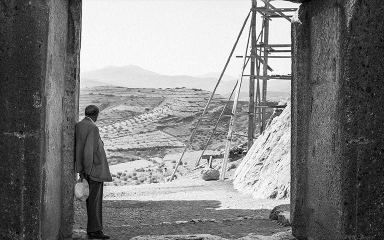 «Εδώ είναι το χασάπικο»: ο Καζαντζάκης στις Μυκήνες   tanea.gr