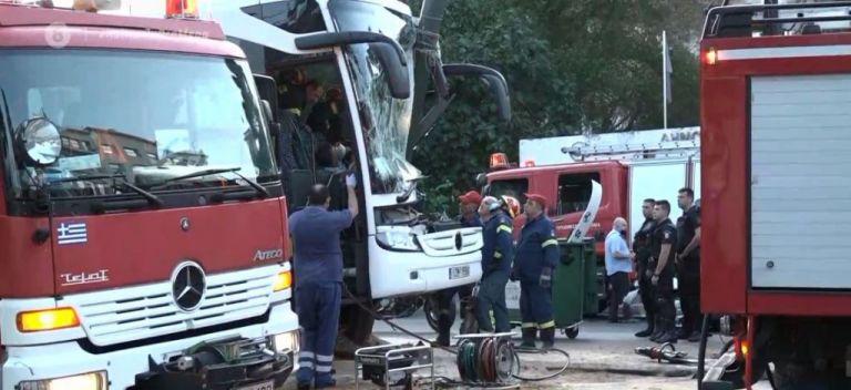 Πειραιάς: Σοβαρό τροχαίο στην Ακτή Μιαούλη με λεωφορείο – Εγκλωβίστηκε ο οδηγός | tanea.gr
