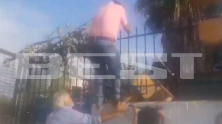 Κατάληψη σε σχολείο: Πατέρας πάει να μπει μέσα και του πέταξαν καρέκλα   tanea.gr