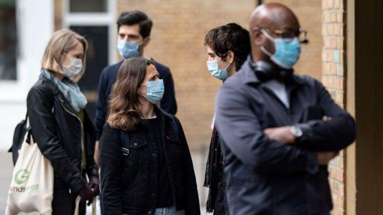 Βρετανία: Οι γιατροί επιστράτευσαν τα... γαλλικά για να πείσουν τους συνωμοσιόπληκτους | tanea.gr