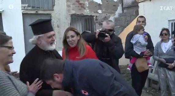 «Φάουλ» Χαρδαλιά: Μετά το «καρφί» στον Κουμουτσάκο για την Θεία Κοινωνία… φίλησε το χέρι παπά | tanea.gr