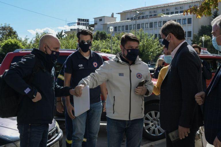 Οργισμένος ο Χαρδαλιάς στην Κοζάνη: Έδωσε… ονομαστικά καφέ και μπαρ | tanea.gr